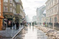 Nebeliger Tag in der historischen alten Mitte von Brasov lizenzfreies stockbild