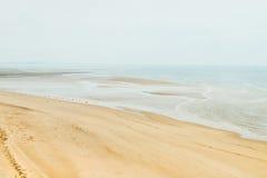 Nebeliger und leerer Strand im Norden Großbritanniens Stockfotos