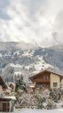 Nebeliger Winter im Dorf Lizenzfreies Stockfoto