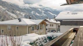 Nebeliger Winter im Dorf Stockbilder