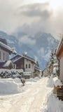 Nebeliger Winter im Dorf Lizenzfreie Stockfotografie