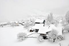 Nebeliger Winter im Schweizer Dorf
