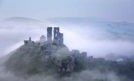 Nebeliges Corfe-Schloss stockbild