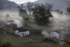Nebeliges Dorf Lizenzfreie Stockfotografie