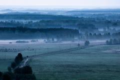 Nebeliges Feld des Morgens morgens Lizenzfreies Stockbild