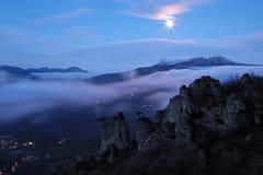 Nebeliges Gebirgstal vor Sonnenaufgang Stockbilder