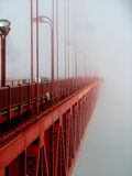 Nebeliges Golden gate bridge Stockfotos