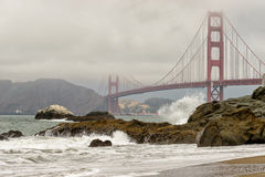 Nebeliges Golden gate bridge und Felsen, San Francisco Lizenzfreie Stockbilder