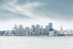 Nebeliges im Stadtzentrum gelegenes San Francisco Stockbilder