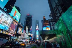 Nebeliges Manhattan - Nachtverkehr nahe gelegenes Times Square, New York, Stadtmitte, Manhattan New York, vereinigt Zustand stockfotos