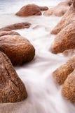 Nebeliges Meer mit Steinen Lizenzfreies Stockfoto
