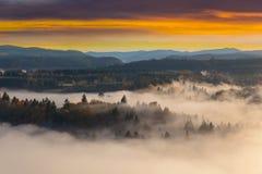 Nebeliges Sandy River Valley während des Sonnenaufgangs in Oregon USA Vereinigte Staaten Lizenzfreies Stockbild