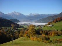 Nebeliges Tal in den deutschen Alpen Lizenzfreie Stockfotos
