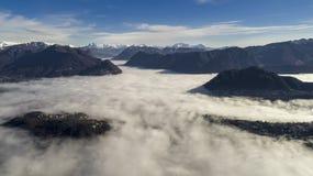 Nebelmeer über dem See von Lugano stockfotos