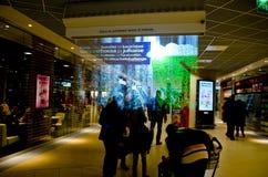 Nebeln Sie Anzeige (Schirm) in einem finnischen Einkaufszentrum ein Stockfotografie