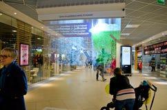 Nebeln Sie Anzeige (Schirm) in einem finnischen Einkaufszentrum ein Stockbild
