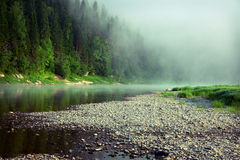 Nebeln Sie auf einem Fluss ein Lizenzfreie Stockfotografie