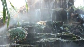 Nebeln Sie Dampf mit Wasserfall im Garten ein stock video