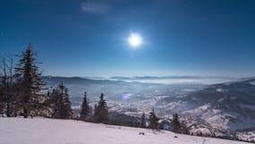 Nebeln Sie das Bewegen über den Berg im Winter mit einem sternförmigen Himmel ein stock footage