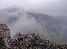 Nebeln Sie in den Bergen, sichtbare Steine, eine Draufsicht des Berges ein Stockbild
