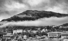 Nebeln Sie die Abdeckung der Gebirgswälder mit tiefer Wolke in Juneau Alaska für Nebellandschaft ein Lizenzfreies Stockbild