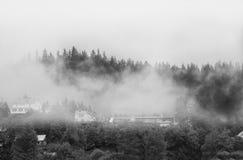 Nebeln Sie in Juneau Alaska mit Nebel oder Nebel auf die Gebirgsoberseite ein Lizenzfreies Stockfoto