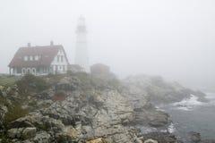 Nebeln Sie Leichentücher der Portland-Kopf-Leuchtturm im Kap Elizabeth, Maine ein Stockbild