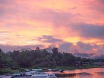 Nebeln Sie, Morgenlicht eine Ansicht von der Brücke ein das Sagklaburi, Ka Stockfoto