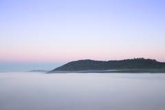 Nebeln Sie morgens mit Berg bei Khao Kho, Thailand ein stockfoto