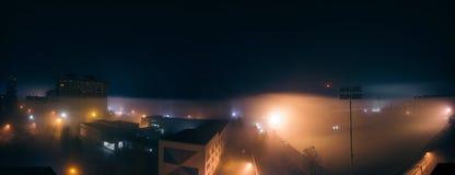 Nebeln Sie Nachtpanorama mit Los von Straßenlaterne, Fußballstadion ein stockfotografie