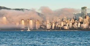 Nebeln Sie Rollen in im Stadtzentrum gelegenes Vancouver ein Stockfotos