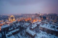 Nebeln Sie, Schneesturm nachts Winter in Voronezh ein Schattenbild des kauernden Geschäftsmannes Lizenzfreies Stockfoto