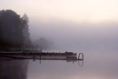 Nebelwasserreflexionen Stockbild