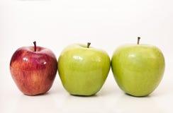 Nebeneinander Äpfel Stockbild