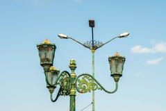 Nebeneinanderstellung der Straßenbeleuchtung alt und neu Stockfoto