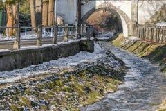 Nebenfluss, Brücke und Pflasterung Lizenzfreie Stockfotos