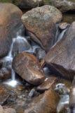 Nebenfluss in den Bergen Stockfoto