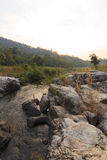 Nebenfluss in den Felsen Stockfotos