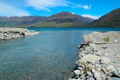Nebenfluss, der in See Wanaka fließt Lizenzfreies Stockbild