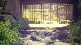 Nebenfluss, der während des alten Tors fließt stock video