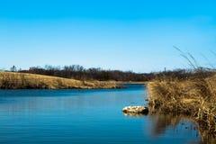 Nebenfluss des blauen Wassers an einem sonnigen aber kalten Tag lizenzfreies stockfoto