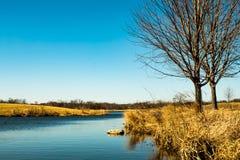 Nebenfluss des blauen Wassers in einem sonniger Tagesvorfrühling lizenzfreies stockbild