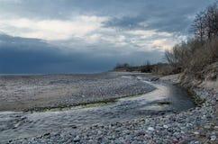 Nebenfluss durch das Meer Lizenzfreies Stockfoto