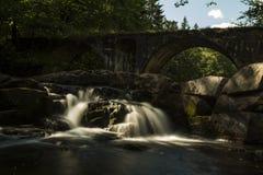 Nebenfluss mit stonebridge Stockbild