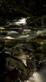 Nebenfluss mit stonebridge Stockfotografie