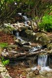 Nebenfluss mit Wasserfällen Lizenzfreie Stockfotos