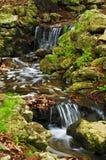 Nebenfluss mit Wasserfällen Lizenzfreie Stockbilder