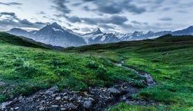 Nebenfluss und Berg Lizenzfreie Stockbilder