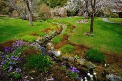 Nebenfluss und Garten Stockfoto
