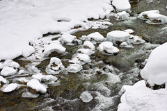 Nebenflussfluß in Schnee Stockfotografie